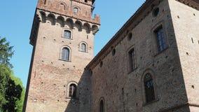 Urgnano, Bergamo, Italien Das mittelalterliche Schloss in der Mitte des Dorfs stock video footage