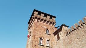 Urgnano, Bergamo, Italien Das mittelalterliche Schloss in der Mitte des Dorfs stock video