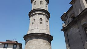Urgnano, Bergamo, It?lia Vista da torre de sino da igreja principal no centro da vila filme