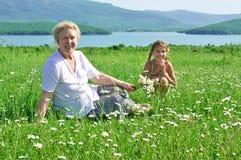 Urgroßmutter und großes - Enkelin in der Wiese stockbild