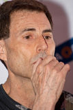Uri Geller écoute une question (le plan rapproché) Photographie stock