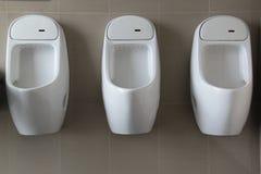 Urinal auf weißer Wand stockfotos