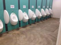 urinals Os toaletes dos homens Sala de lavagem restroom imagem de stock
