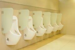 Urinaux automatiques de ligne Photo libre de droits