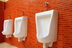 Urinaux blancs de porcelaine Image libre de droits