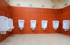 Urinaux blancs de porcelaine Photo libre de droits