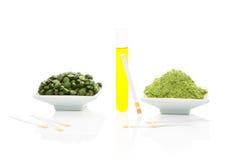 Urinesteekproef, pH teststroken en groene pillen. royalty-vrije stock afbeeldingen