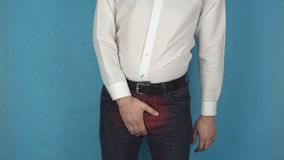 Urinesysteemziekte De mens heeft pijn toe te schrijven aan prostaathyperplasia Concept adenoma voorstanderklier of enuresis Perso stock video