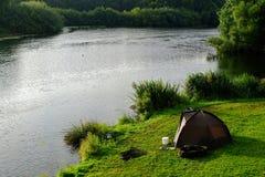 Urinnevånare som campar på floden Royaltyfri Fotografi