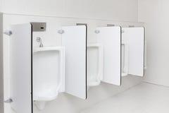 Urinoir dans les toilettes Images stock