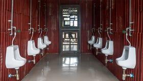 Urinoir in de mensen` s uitstekende badkamers royalty-vrije stock afbeelding
