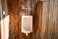 Urinoirs blancs dans les toilettes extérieures Photos libres de droits