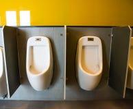 Urinoirs blancs de la toilette du ` s d'hommes Images libres de droits