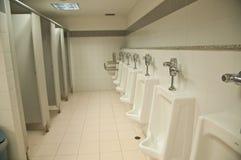 Urinoirs blancs de porcelaine dans les toilettes publiques Photo libre de droits