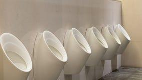 Urinoirs blancs en céramique Image stock