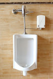 Urinoirs blancs en gros plan dans les toilettes publiques des hommes Image stock