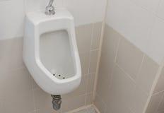 Urinoirs chez des hommes de toilette publique Photographie stock libre de droits