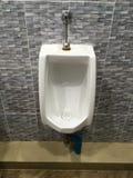 Urinoirs dans la toilette Photographie stock libre de droits
