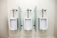 Urinoirs dans les salles de bains des hommes. Photos stock