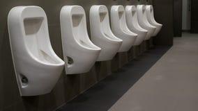 Urinoirs dans les toilettes, immeuble de bureaux, Bangkok Thaïlande Images stock