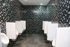 Urinoirs dans un bâtiment Photo libre de droits