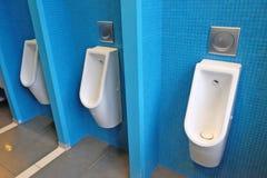 urinoirs dans un lieu public Images libres de droits