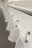 Urinoirs in de badkamers van de mensen Stock Foto's