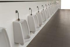 Urinoirs in de badkamers van de mensen Royalty-vrije Stock Foto