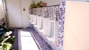 Urinoirs in de mensen` s badkamers Royalty-vrije Stock Afbeeldingen