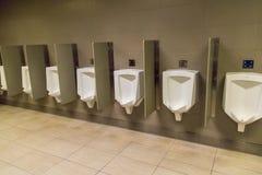 Urinoirs du ` s d'hommes sur un mur Image libre de droits