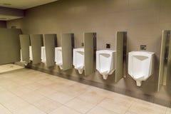 Urinoirs du ` s d'hommes sur un mur Photo libre de droits
