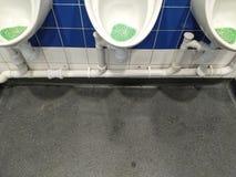 Urinoirs in mijnheren openbaar toilet royalty-vrije stock foto's