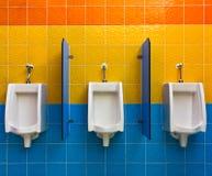 Urinoirs op kleurrijke muur Royalty-vrije Stock Foto