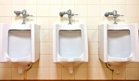 Urinoirs op vuile muur Royalty-vrije Stock Fotografie
