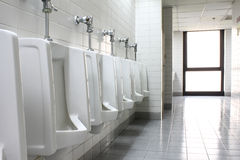 Urinoirs in openbaar toilet Stock Foto's