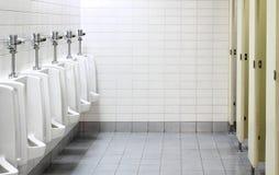 Urinoirs in openbaar toilet Stock Afbeeldingen