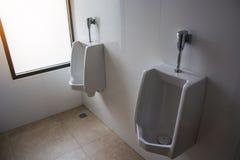 urinoirs pour les hommes dans la toilette Photos stock