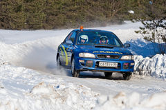 Uriy Zhilov drijft een blauwe Subaru Impreza Royalty-vrije Stock Foto's