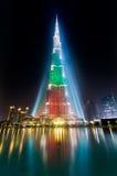 Urj哈利法塔探照灯照明在白色,绿色和红颜色 图库摄影