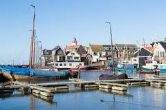 Urk有历史的荷兰语港口与灯塔和老造船厂的 库存图片