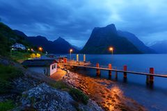 Urke村庄和Hjorundfjorden海湾 图库摄影