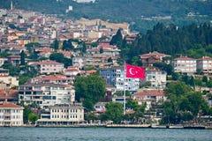 Urkishvlag die in Uskudaar Istanboel vliegen stock foto