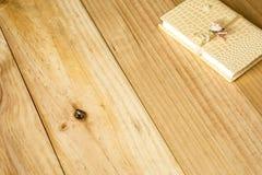Urklippsbok på träbakgrund Arkivfoto