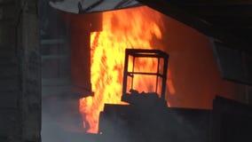 Urladdning av det varma göra till kok kolet stock video