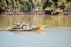 Urladdning av skytteln i porten av Saigon, Vietnam, Mekonget River Sikter av hytter, flodbanker och skepp, bogserbåtar arkivfoto