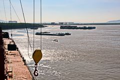 Urladdning av skytteln i porten av Saigon, Vietnam, Mekonget River Sikter av hytter, flodbanker och skepp, bogserbåtar arkivfoton