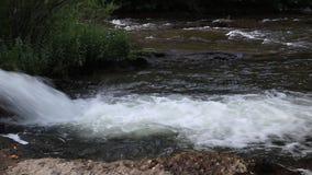 Urladdning av vatten från en kanal i Aude River, Frankrike arkivfilmer