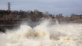 Urladdning för flodvatten på Narvskaya HPP arkivfilmer