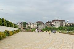 Urlauber auf der malerischen blühenden Promenade von Adler an einem bewölkten Sommertag Stockfotografie