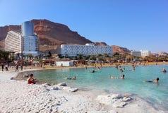 Urlauber baden im Toten Meer, Israel Lizenzfreies Stockfoto